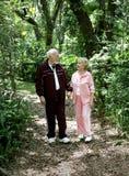 Älterer Stroll im Park Lizenzfreie Stockfotos
