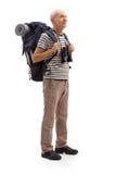 Älterer Wanderer, der im Abstand schaut Lizenzfreie Stockbilder