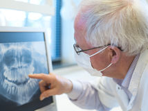Älterer Zahnarzt Lizenzfreie Stockfotografie