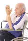 Älteres Beten des Handikaps im Rollstuhl Stockbilder