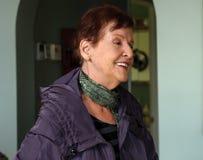 Älteres Damenporträt mit einem schönen Lächeln Stockbild
