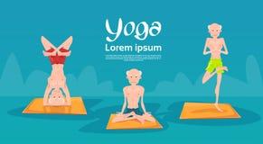 Älteres Man Group, das im unterschiedlichen Yogasitz sich entspannt sitzt, Übungen tuend Stockbild