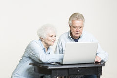 Älteres Paar betrachtet die betroffenen Rechnungen Stockbild
