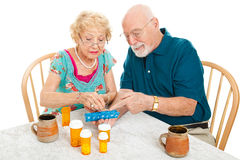 Älteres Paar sortiert Medikationen Stockbild