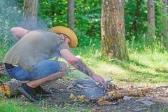?ltima gu?a a las hogueras Arregle las ramitas de maderas o los palillos de madera que se colocan como una pir?mide y coloque las fotos de archivo libres de regalías