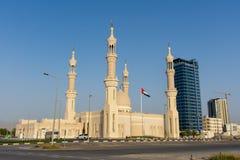 ?ltima hora de la tarde en Mosque del jeque de Zayed en Ras al Khaimah, UAE; se destaca en el Corniche Vuelo de la bandera en el  fotos de archivo