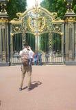LTourist på guld- portar Arkivfoto