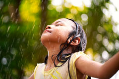 Lttle女孩在雨中 免版税库存图片