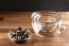 Luźna herbata i pusta szklana herbaciana filiżanka obraz royalty free