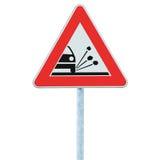 Luźny Naramienny żwirów odpryskiwań zagrożenie Ostrzega Drogowego znaka, Odosobniony pobocze ruchu drogowego Signage słupa poczta Fotografia Royalty Free