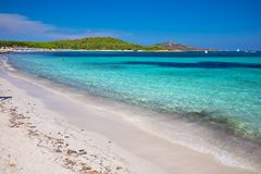 Lu Impostu strand met Isola Travolara op de achtergrond, Sardinige, Italië, Europa stock foto