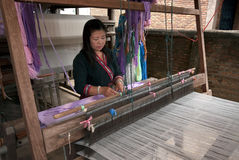 Lua小山部落少数编织与织布机在泰国 免版税库存照片