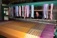 Lua小山部落少数编织与织布机在泰国 免版税图库摄影