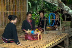 Lua少数转动卷轴的小山部落由在T的竹子制成 库存照片