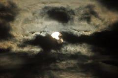 Lua atrás das nuvens imagem de stock