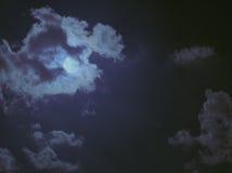 Lua atrás das nuvens Fotos de Stock Royalty Free