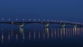 A Lua cheia aumenta sobre a ponte tempo-lapso Ponte da estrada entre as cidades de Saratov e Engels, Rússia O Rio Volga vídeos de arquivo