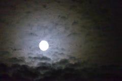 Lua cheia brilhante bonita com nuvens Fotografia de Stock Royalty Free