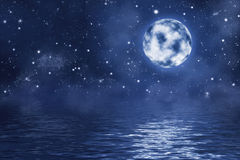 Lua cheia com as estrelas e a nebulosa de brilho brilhantes sobre a água com ondas Fotos de Stock Royalty Free
