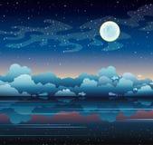 Lua cheia e mar em um céu noturno Foto de Stock Royalty Free