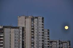 Lua cheia em kuningan, jakarta da noite Fotos de Stock
