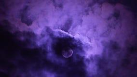A Lua cheia escura da noite com passagem nubla-se o lapso de tempo vídeos de arquivo