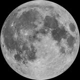 A Lua cheia, foto combinou com as crateras ilustradas, isoladas Fotografia de Stock Royalty Free