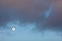 Lua cheia na luz do dia Fotos de Stock