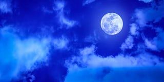 Lua cheia no céu azul nebuloso fotografia de stock royalty free