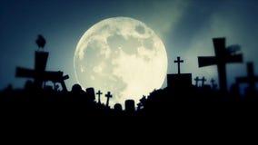 Lua cheia que aumenta no um cemitério velho com corvos pretos ilustração royalty free