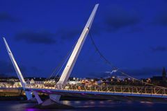 Lua cheia que aumenta pela ponte da paz em Derry Foto de Stock Royalty Free