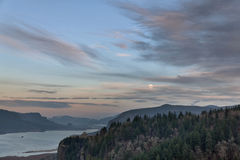 Lua cheia que aumenta sobre o desfiladeiro do Rio Columbia Fotos de Stock