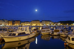 Lua cheia Rovinj no crepúsculo, Croácia Foto de Stock