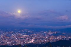 Lua cheia sobre a cidade foto de stock royalty free