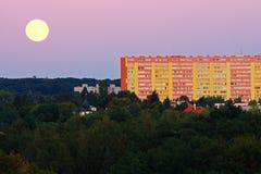 Lua cheia sobre a cidade Fotos de Stock Royalty Free