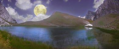 Lua cheia sobre Dragon Lake magnífico em uma altura de 2000 medidores foto de stock royalty free