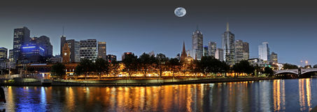 Lua cheia sobre Melbourne Fotos de Stock Royalty Free