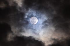 Lua cheia sobre o céu escuro Fotografia de Stock Royalty Free