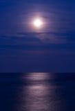 Lua cheia sobre o mar Fotos de Stock Royalty Free