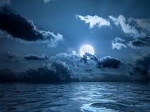 Lua cheia sobre o oceano foto de stock