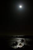 Lua cheia sobre a praia do oceano na noite Imagem de Stock Royalty Free
