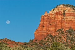 Lua cheia sobre rochas vermelhas Fotos de Stock Royalty Free