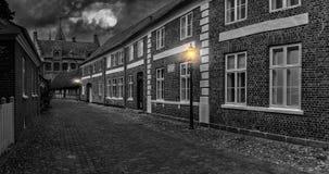 Lua cheia sobre a rua da cidade velha - paisagem da noite, Ri Fotos de Stock