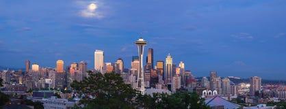 Lua cheia sobre Seattle Washington Skyline Panorama Imagens de Stock
