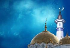 Lua crescente em uma parte superior de uma mesquita imagem de stock royalty free