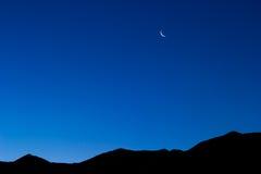 Lua crescente sobre uma cordilheira fotos de stock