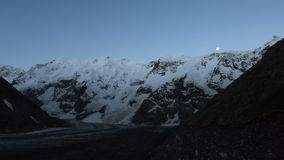 Lua das montanhas e nascer do sol - área de Elbrus tempo-lapso video estoque