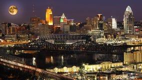 Lua de aumentação acima de Cincinnati, Ohio imagens de stock