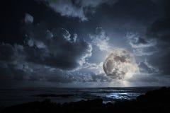 Lua de aumentação no oceano Fotografia de Stock