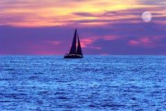 Lua do veleiro do por do sol Fotografia de Stock